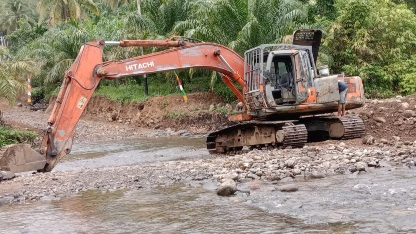 Operator Alat Berat Pantang Menyerah Membantu Pengerasan Jalan Baru   di TMMD Kodim Tapsel