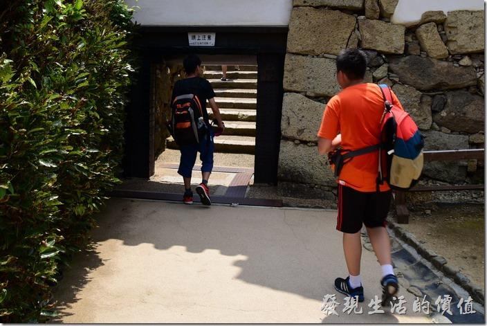 這姬路城的許多城門矮到每個人經過都得彎腰。