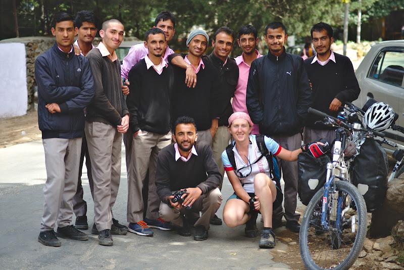 Viitori profesori la festivalul local de folclor din Kalpa.