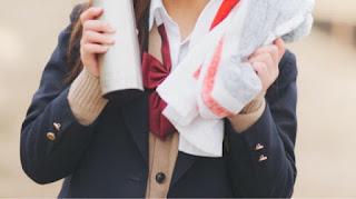 片想いの先輩にスポーツタオルを渡す女子学生