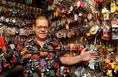 Ron Tyler sang kolektor gantungan kunci
