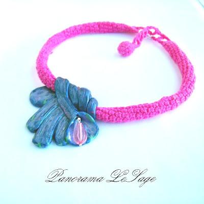 Naszyjnik szydełkowy z wisiorem z masy fimo w szydełkowej oprawie Biżuteria szydełkowa Panorama LeSage kwiat