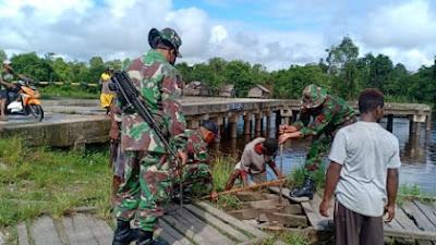 Rapuh dan Rusak, Satgas Yonif 754 Perbaiki Jalan Papan di Kampung Senggo