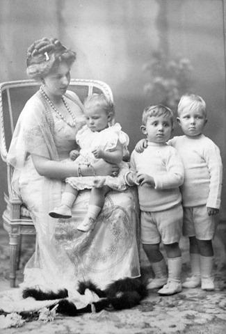 La Reina Victoria Eugenia posa con tres de sus hijos.
