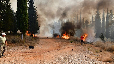 Φωτιά - Αχαΐα : Στο νοσοκομείο δύο πυροσβέστες και δύο πολίτες με αναπνευστικά προβλήματα
