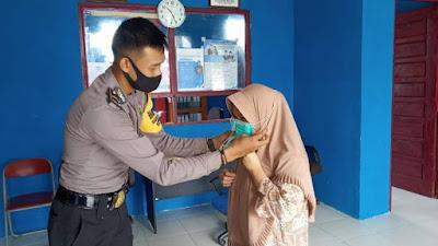 Cegah Covid-19, Polsek Belitang Displinkan Warga Pakai Masker