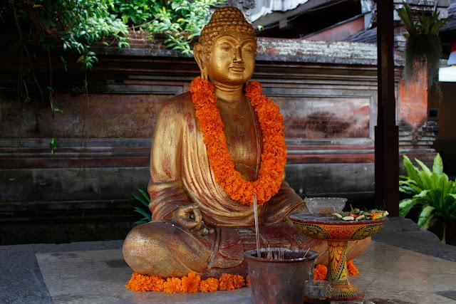 Una estatua de Buda en las calles de Ubud