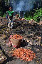Na závěr ukázka výroby palmového oleje, který nechybí snad v žádném tradičním jídle. (Foto: Marcela Janáčková, ČvT)