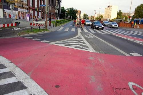 Z lewej strony wjazd z (kończonej właśnie) drogi dla rowerów. Po środku pas ruchu dla rowerów do jazdy na wprost. Zaś widać też fragment pasa do skrętu na skrzyżowaniu w lewo.