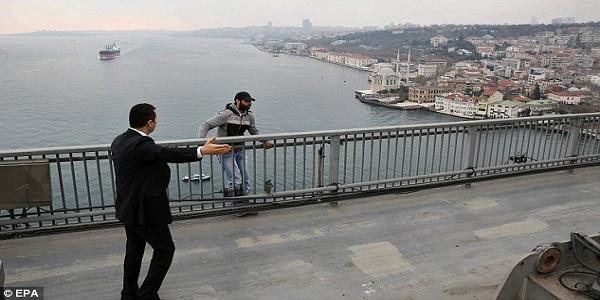 Video Presiden Turki, Recep Tayyip Erdogan Berjaya Halang Lelaki Cuba Bunuh Diri.jpg