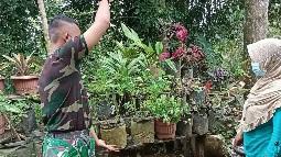 Bantu Rawat Tanaman Bunga Wujud Kemanunggalan TNI dan Rakyat