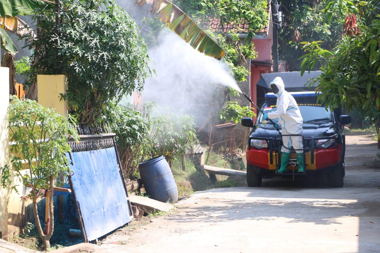 Subden KBR Den Gegana Brimob Banten Semprotkan Disinfektan di Sekitaran Alun-alun Kota Serang
