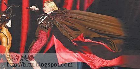 斗篷被扯 <br>麥當娜的斗篷被舞蹈員所扯,引致意外發生。(美聯社圖片)