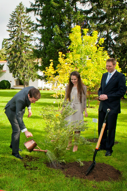 Principele Leka al II-lea al Albaniei a plantat un copac în grădina Palatului Elisabeta