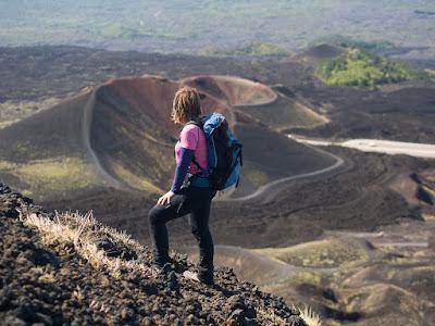 Contemplant els cràters Silvestri, a la part baixa de l'Etna