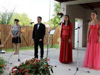 A három fiatal énekes Matyó Márió, Kevicky Tünde és Wischinn Mariann a színpadon..JPG