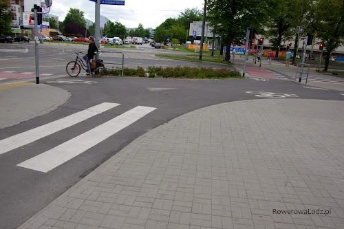 Skrzyżowanie dwóch dróg dla rowerów, szerokie i łagodne łuki.