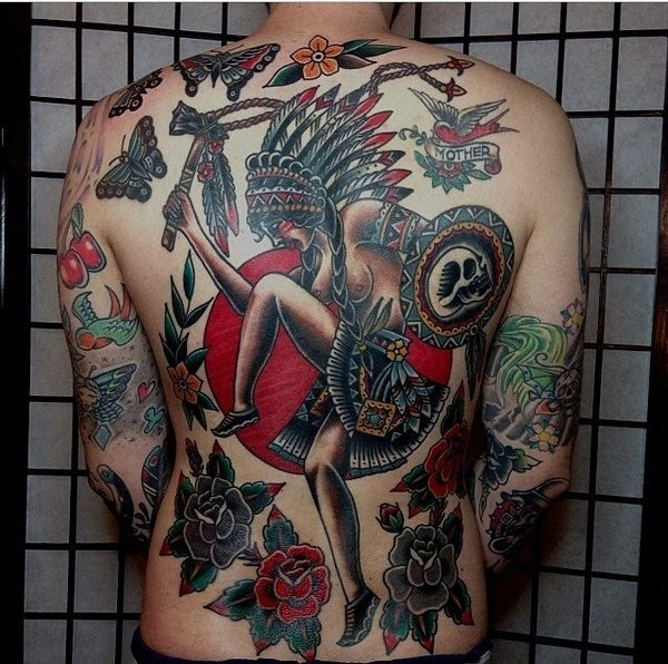 mulher_nua_de_tatuagem