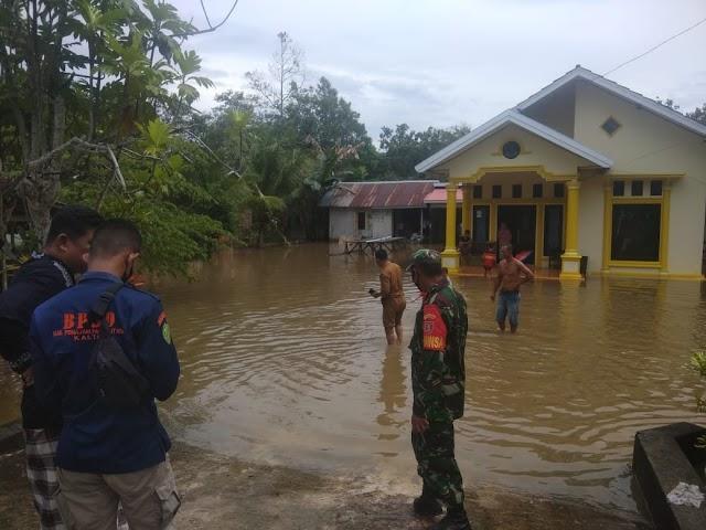 Babinsa Koramil Penajam Kelurahan Sungai Parit Pantau Wilayah Binaan Terendam Banjir