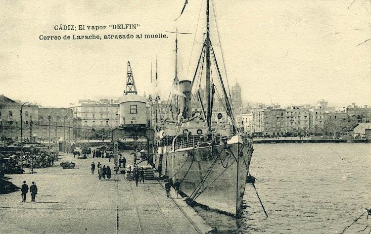 Cadiz. Ca. 1920. El vapor DELFIN cuando hacia la linea a Larache. Postal.jpg