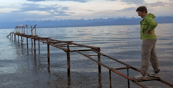 Miri balanciert auf Steg in Tamchy am Ysyk Köl (Ысыккөл, Иссык-Куль, Yssykköl, Issyk-Kul, Issyk Kul), Kirgistan