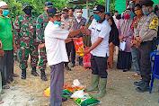 Camat Teluk Dalam Serahkan Bantuan Covid-19 Kepada Warga Desa Kuala Baru