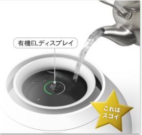 加湿器に給水中