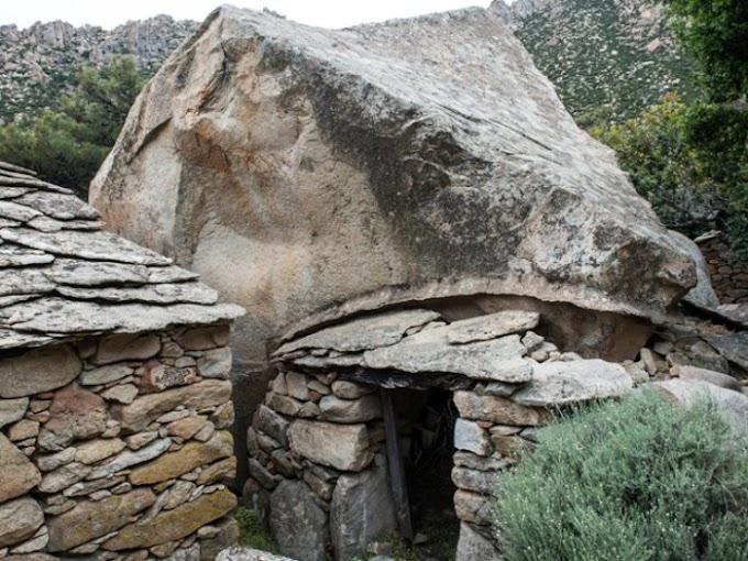 Παλαιολιθικά, νεολιθικά και μεγαλιθικά μνημεία στην Ικαρία