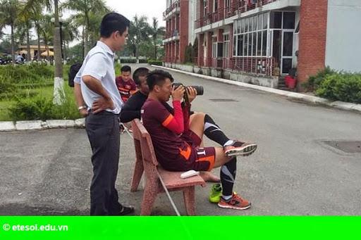 Hình 1: Trung vệ cao 1m90 của U.23 Việt Nam bắt bóng không thua thủ môn