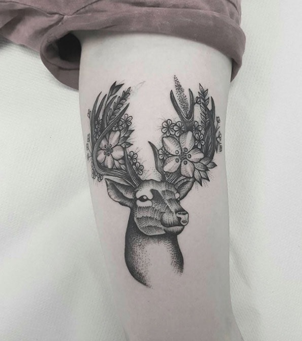 este_belo_floral_veado_tatuagem