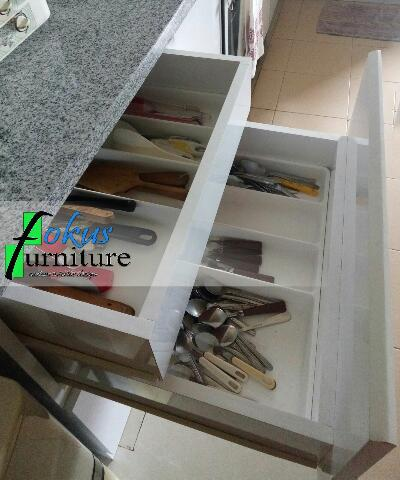 Kitchen set di permata timur kalimalang furniture for Harga granit untuk kitchen set
