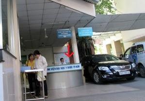 bàn hướng dẫn khám bệnh khu b tại bệnh viện đại học y dược tphcm