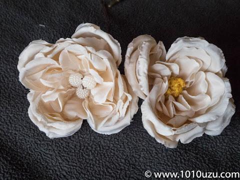 左が雌しべをビーズに置き換えたもの、右がそのままの100均造花