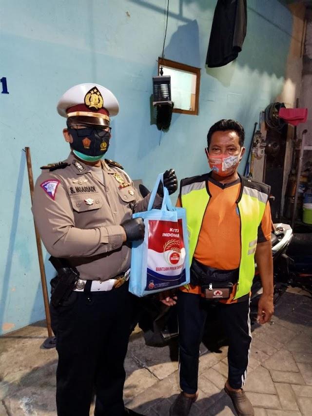 Ditlantas Polda Jatim Bagikan Bansos Bagi Masyarakat Terdampak PPKM