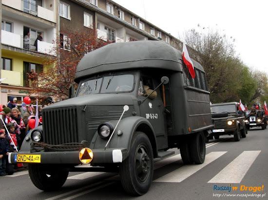 samochód wojskowy grupy rekonstrukcyjnej