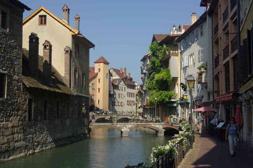 Traversée au pas de charge du centre-ville d'Annecy