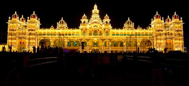 Майсурский дворец, освещённый во время фестиваля Дашара