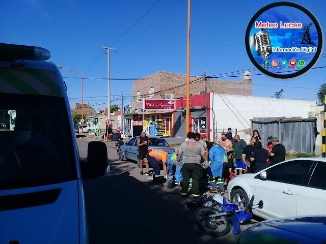 Un motociclista terminó con traumatismo de cráneo despues de chocar con una camioneta en Ecuador al 2300