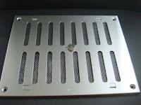 裝潢五金品名:MK8002-可調式通氣片規格:200*250m/m材質:白鐵功能:可裝在門片上有通風之功能,通氣可自行調整開或關玖品五金