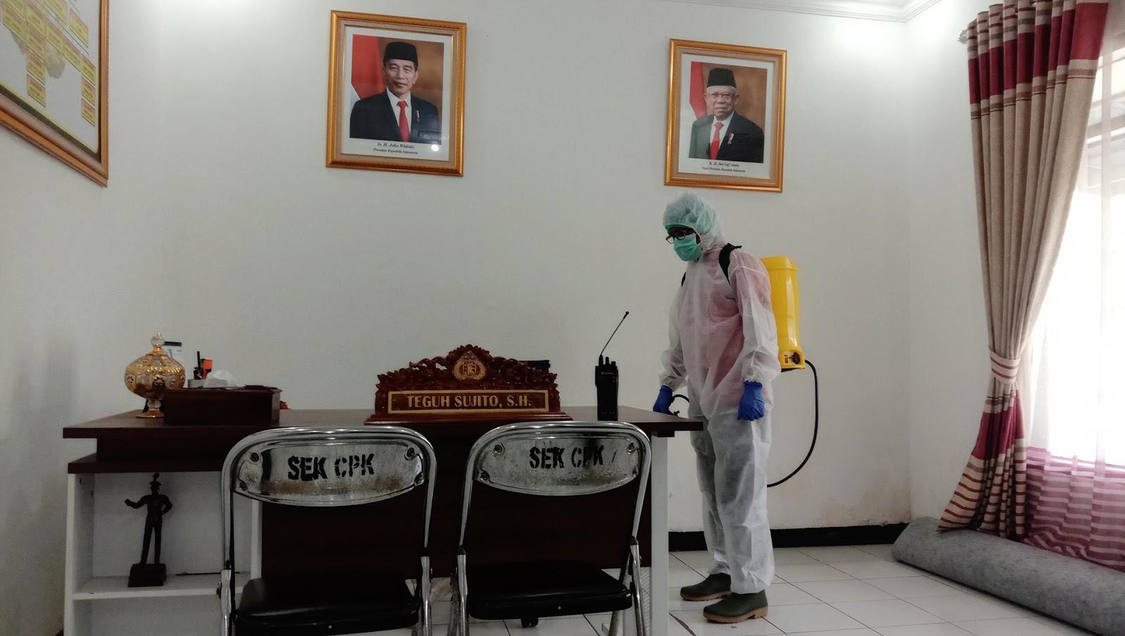 Polsek Campaka Polres Purwakarta Lakukan Penyemprotan Desinfektan di Setiap Ruangan