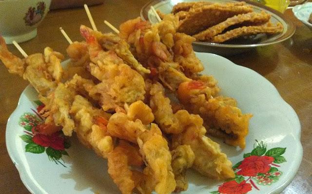 Sate udang dan tempe goreng, sajian pelengkap Soto Segeer Hj. Fatimah Boyolali. (foto direktorijateng.com)