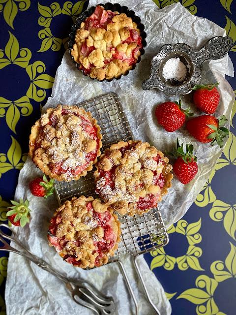 Mürbeteig Tarteletts mit Erdbeeren und Streuseln