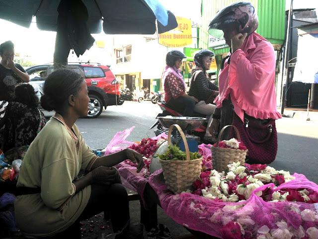 Sadranan Berkah Bagi Penjual Bunga Mawar