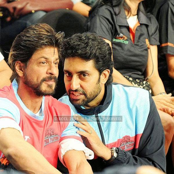 Shah Rukh Khan and Abhishek Bachchan during the opening match of Pro-Kabbadi League, held in Mumbai, on July 26, 2014. (Pic: Viral Bhayani) <br />