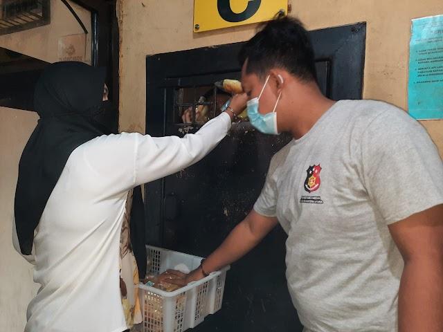 Bravo!!! Polsek Medan Helvetia Beri Makanan Tambahan Kepada Para Tahanan