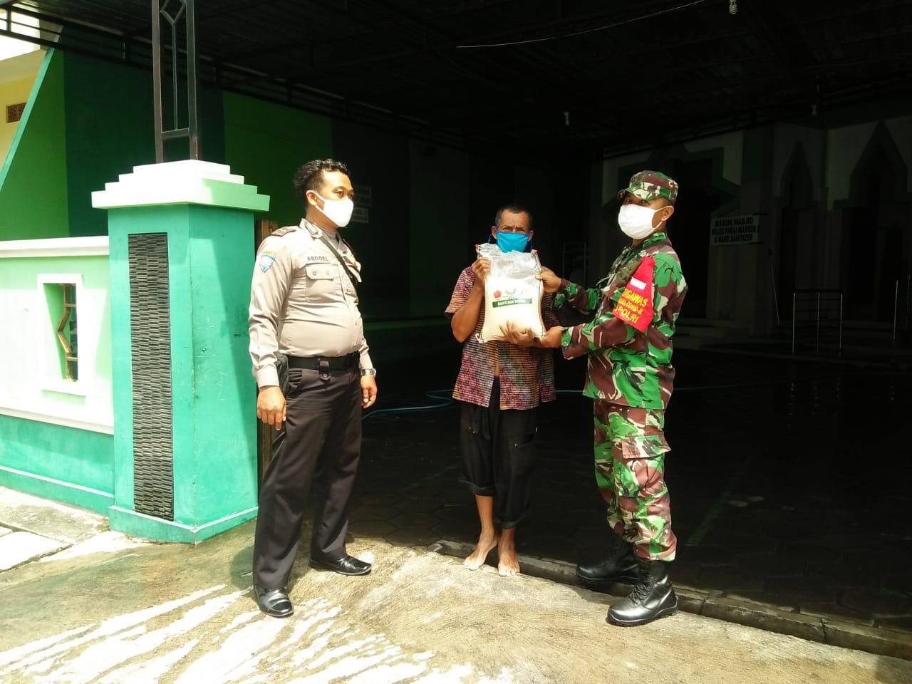 Babinsa Jayengan Distribusikan Sembako TNI - POLRI bagi Masyarakat yang Terdampak Covid -19