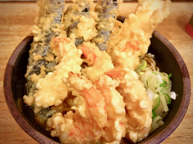 天ぷら盛り合わせ蕎麦のアップ