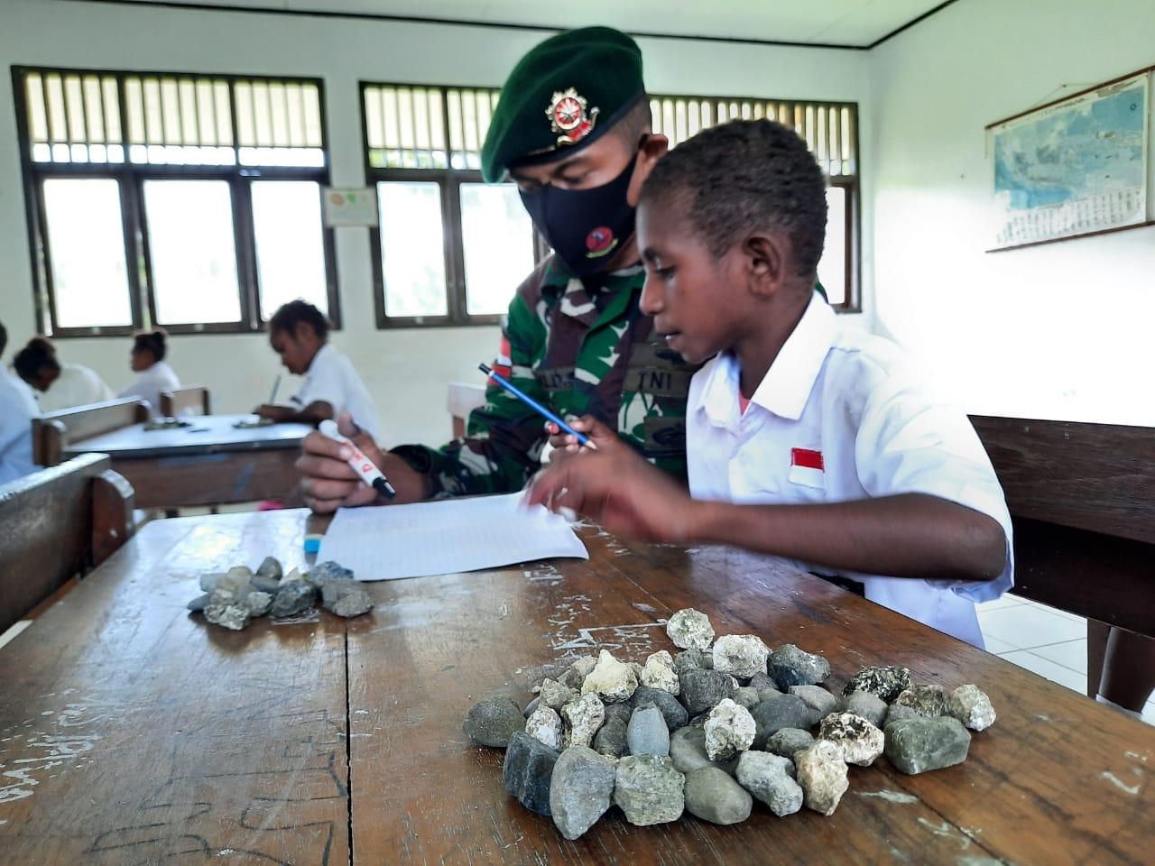 Cara Efektif Satgas Yonif MR 413 Kostrad Ajarkan Siswa Papua Berhitung