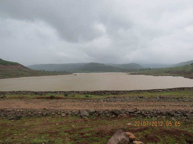 धरणाच्या मधोमध उभे राहून काढलेला नदीचा फोटो.