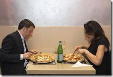 Matteo Renzi e Valeria Valente mangiano una pizza